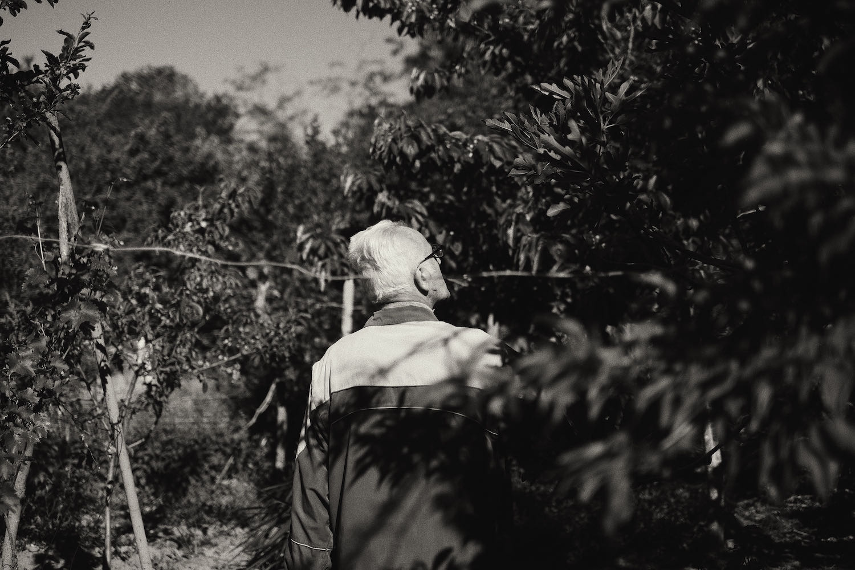 Дядо Иван в неговата градина