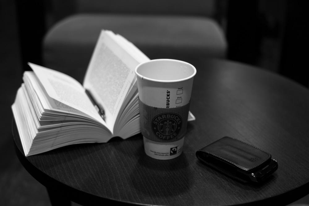 С кафе и книга преди полет