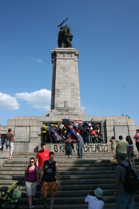 Оцветеният Паметник на съветската армия